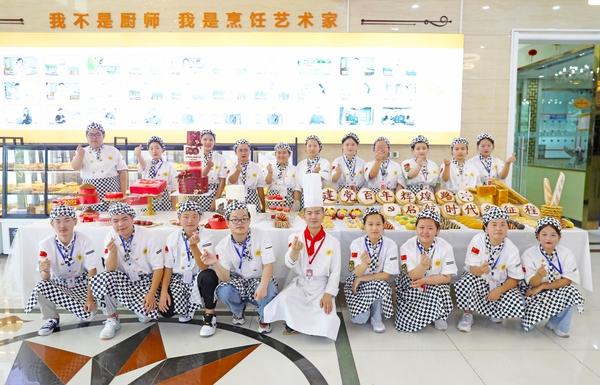 <b>山东新东方烹饪学院师生,制作西点主题蛋糕献礼百年!</b>